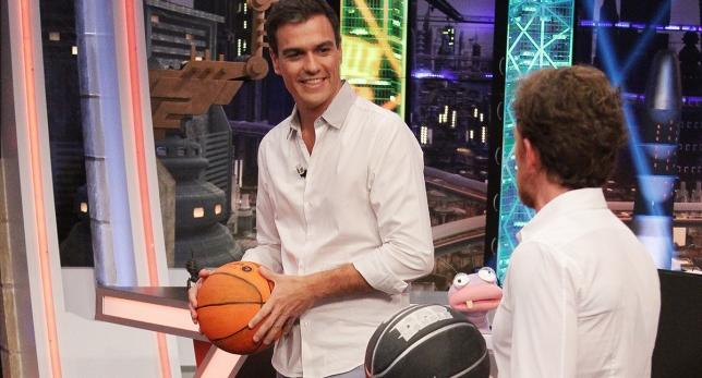 Sánchez jugando al baloncesto.